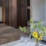 Чувственный минимализм: стильная квартира с террасой